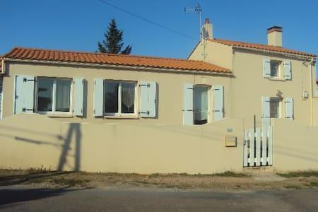 Maison en pierre proche de la mer au calme 4-5pers - Haus