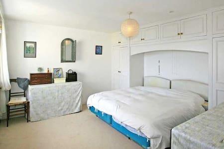 Spacious En Suite Double Bedroom - House