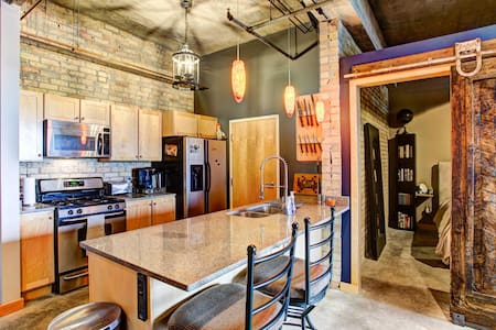 Industrial North Loop Downtown Loft - Osakehuoneisto