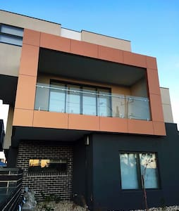 Brand new Townhouse close to train! - House
