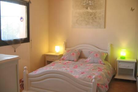 Chambre lit double dans maison - Dům