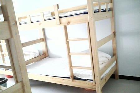 装修简约大方,空间宽敞舒适,家具布置舒氛围适温馨,营造出家庭。 - Apartmen