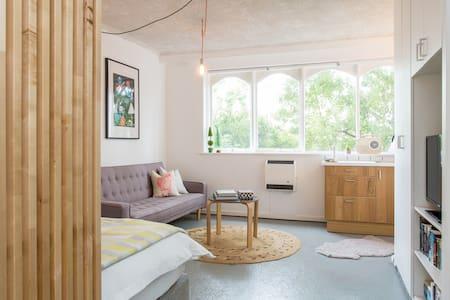 funky studio trendy acland street st kilda beach - Apartment