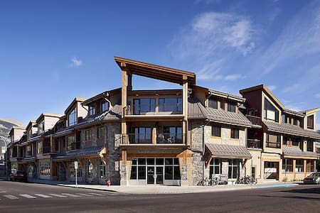Downtown Canmore Condo - Great Mountain Views - Canmore