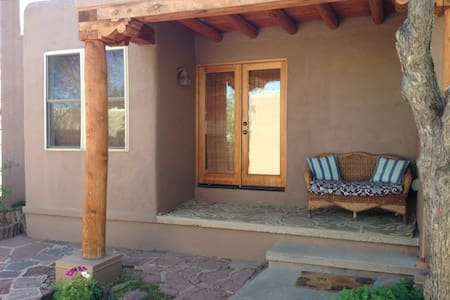 Lovely casita, much natural light. - Santa Fe - Bungalow