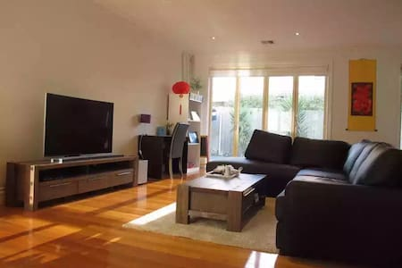 Big room with private ensuite in modern home - Oakleigh East