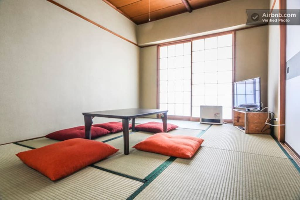 Private 2 bedroom apartment 2 minutes from Roppongi Itchome station and 6 minutes from Kamiyacho station.