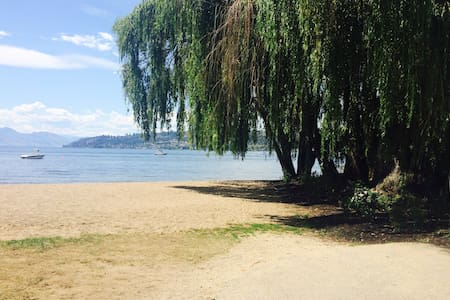 Shabby Chic Apartment by the Beach.. - Kelowna - Condominium