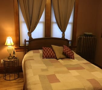 Private room and bath near downtown - Hus