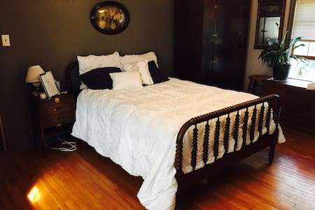 Charming room near Airport, Pgh, WashPA - House