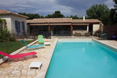 Studio moderne avec piscine en campagne - Domazan