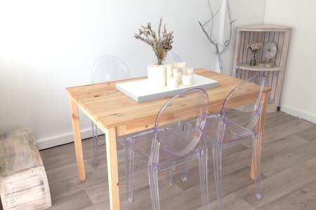Bright Coastal Apartment - Daire