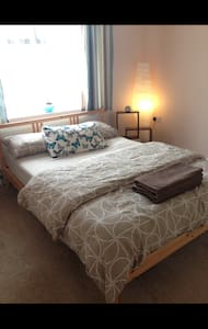 Double bedroom, Wifi & short train into london - Hus