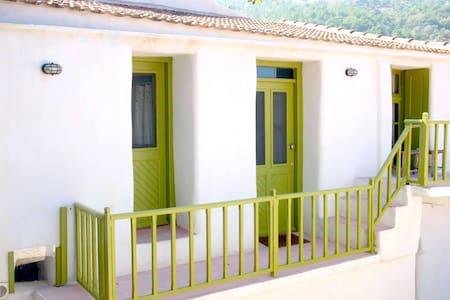 Λίθινη διώροφη κατοικία, Κουρούνια - Rumah
