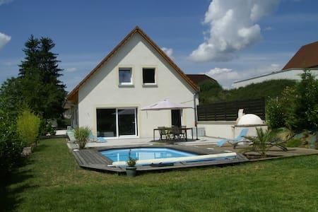 Grande chambre double dans maison avec piscine - Hus