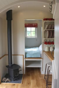 Bespoke, handcrafted Shepherds Hut in rural fields - Barraca