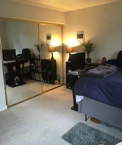 Master bedroom w/Priv. Bath - Colma - Ház