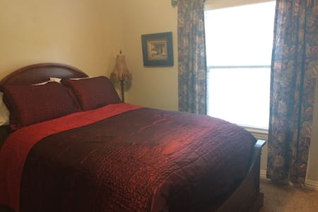 Comfy Room Just 13 Minutes from U of A! - Hus