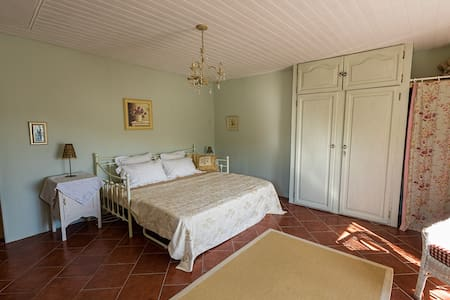 Traditional village old stone house - Montaigu-de-Quercy - Bed & Breakfast