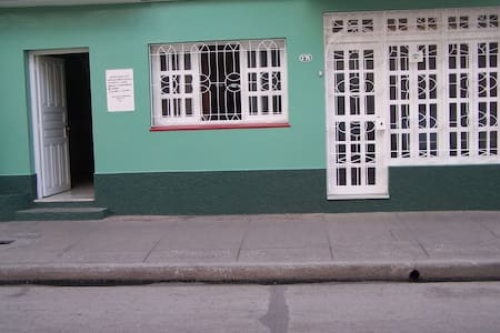 """Casa """"Bretones"""", José Luis y Amarilis - Bayamo - Hus"""