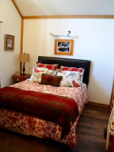 Guest Bedroom in a Classic Squaw Valley Chalet - Olympic Valley - Dağ Evi