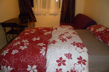 LONDON MEDE ROOM, SLEEPS 2-4. CLOSE TO CITY. - Chigwell