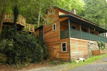 Cozy cabin with hot tub, downtown! - House