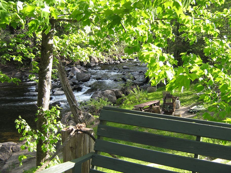 Chalet de bois rond avec chutes