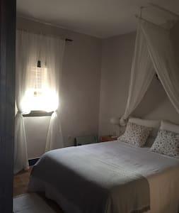 Antequera- habitación, sala y baño - Cartaojal - Bed & Breakfast