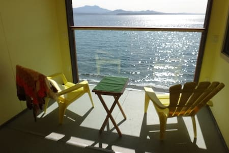 Oceanfront apartment with patio and full kitchen - Sointula
