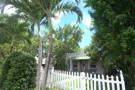 Charming Beach Bungalow with Pool! Close to beach - Bungalow
