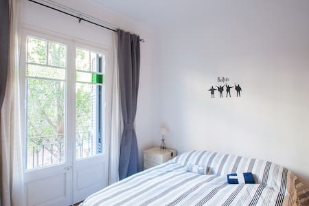 A double room with balcony in a modernist building. The flat is bright, new and comfortable, equipped with everything. The best location in town. By walk 5 min. to airbus stop. 10 min. to Las Ramblas. 5 min. Montjuic. In the BCN gastronomic area.
