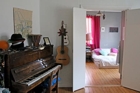 A one-bedroom 65m2 flat for 2-4 people (2 extra matresses) in a chilled area. We have instruments, only 3 min walk to Gothenburgs largest park, 5 mins with tram to the hippest streets and 11 mins to the centre.  NOTE: We own a beautiful cat.