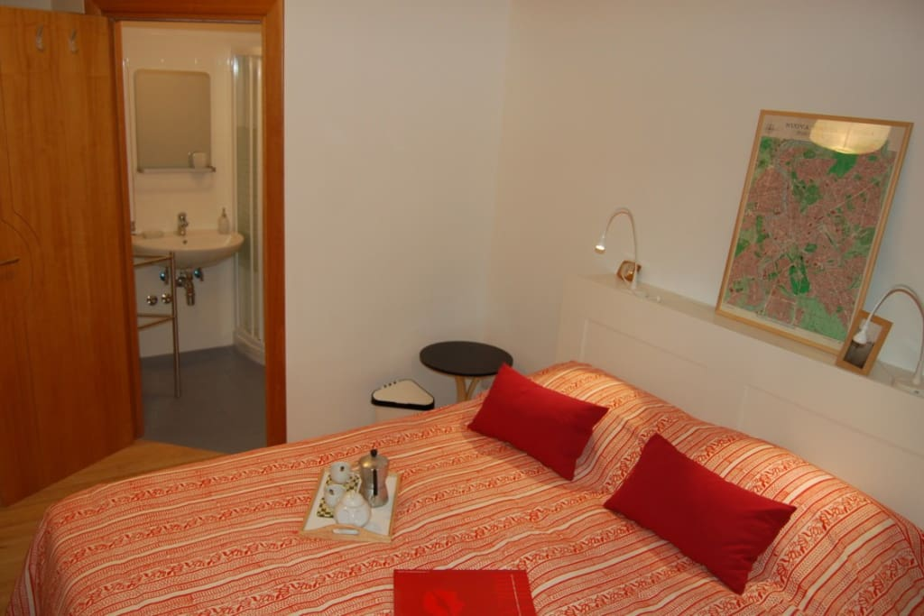 Camera rossa, il letto e l'ingresso del bagno privato.