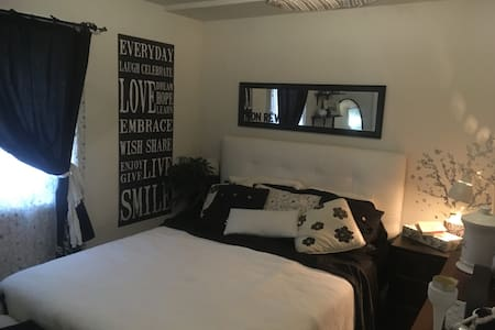 A cozy 2 guest room . Close to everything. - Newark - 獨棟