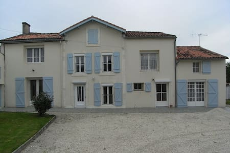 Rural house, sleeps 15, pool & WiFi - House