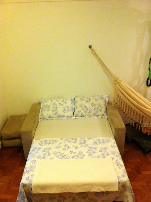 sofá cama na posição cama