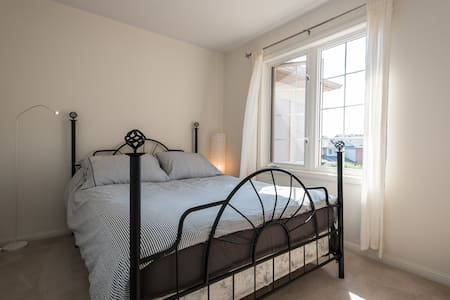 Cozy, comfy, quiet Private Room w/ parking - Oakville - House