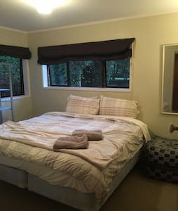 Country living, large twin room. Near airport. - Karaka - House