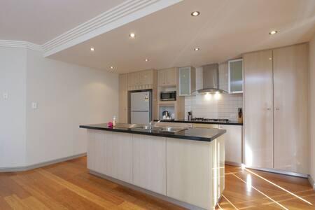 3 Bedroom / 2 bathroom apartment - Northbridge - Apartmen