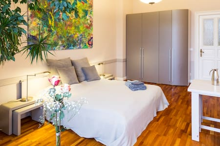 Room type: Private room Property type: Apartment Accommodates: 4 Bedrooms: 1 Bathrooms: 0.5