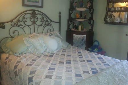 Queen Master Bedroom - Lakeville - Bed & Breakfast