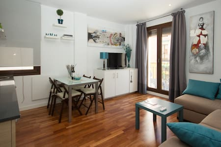 This apartment includes a FREE guided tour. It has just been renovated and it is strategically located to visit all the sites of tourist interest. Free parking in the area.