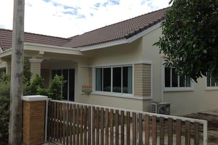Nice 3-Bedroom villa on the beach. - Thong Chai - House