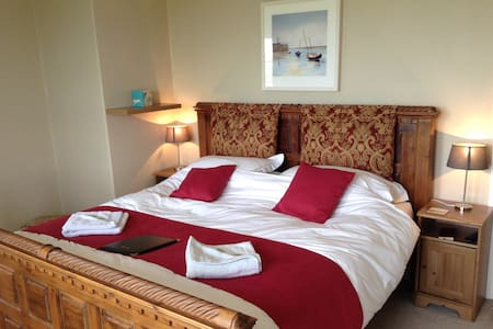 SuperKing & ensuite bath, nr beach - Bed & Breakfast