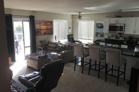 Quiet 800 sq ft 1x1 Apt Corner unit - San Mateo - Apartment
