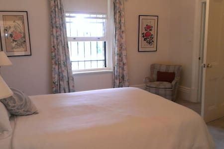 Large guest room with ensuite - North Adelaide - Bed & Breakfast
