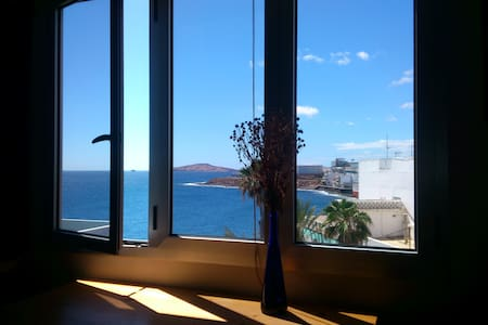 Room just by the ocean. Amazing views - Appartement