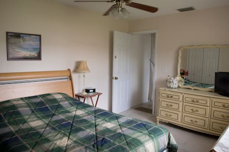 Springhill, very nice and comfortable bedroom - Spring Hill - Bed & Breakfast