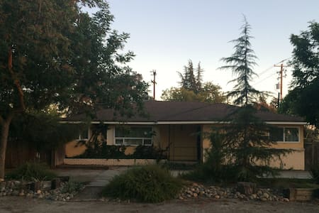 Fresno/Clovis home with private room and bath. - Talo